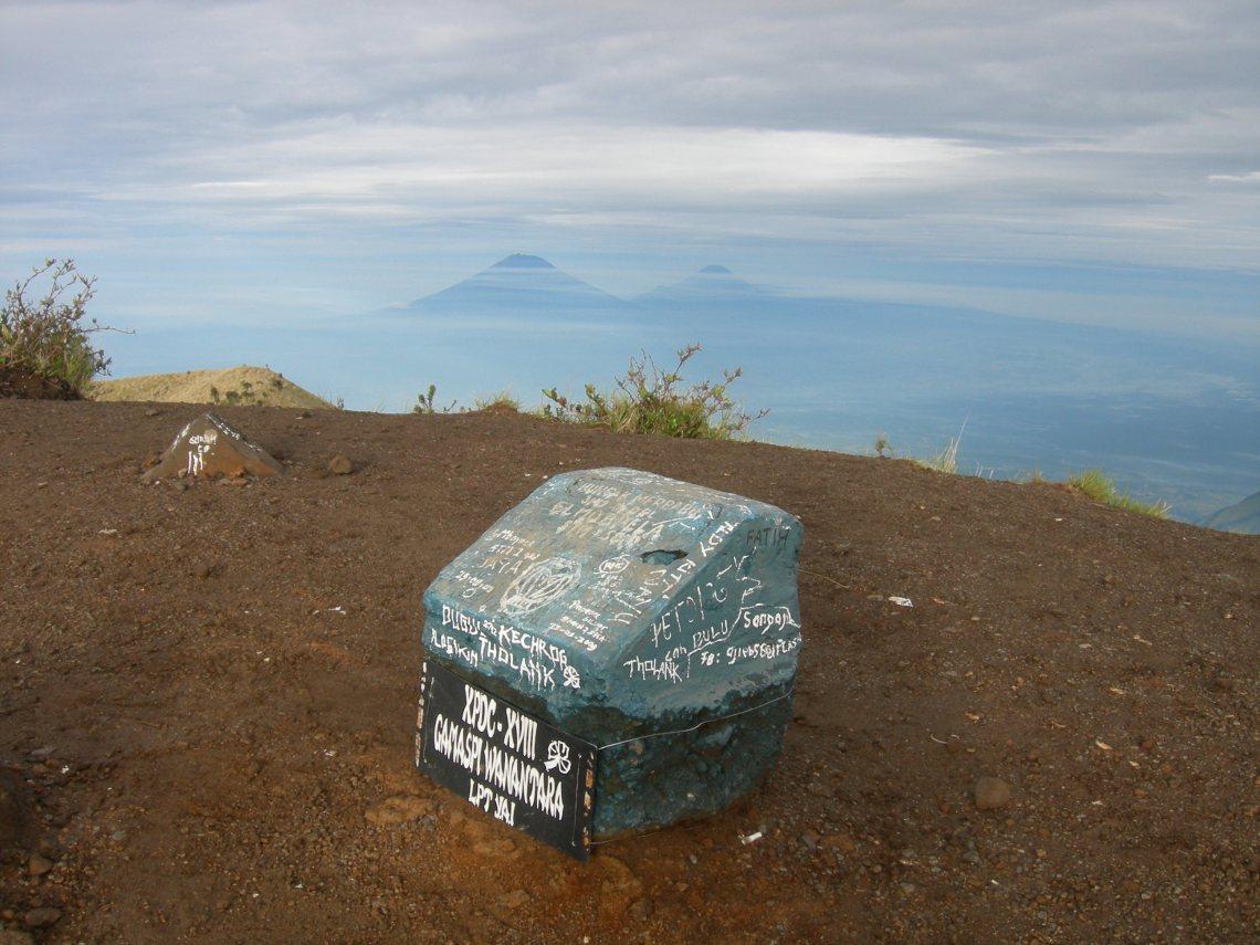 Tugu ELMOPELA di Puncak Gunung Merbabu