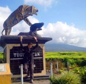 tugu macan kresik tuo dengan kerinci background,simpang ke pintu rimba untuk mulai pendakian