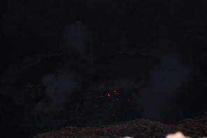 batu lahar panas terlihat jelas di kawah kerinci pada kegelapan