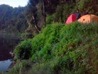 buka tenda di bibir danau