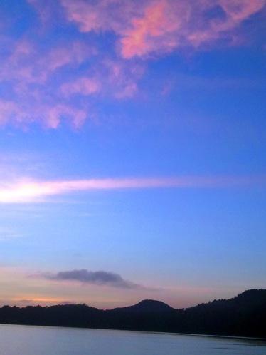 warna warni langit di danau yang indah