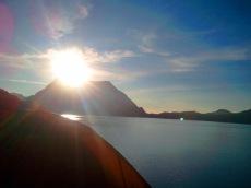 matahari muncul dari bukit gajah