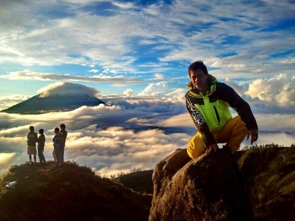 sindoro ber awan background