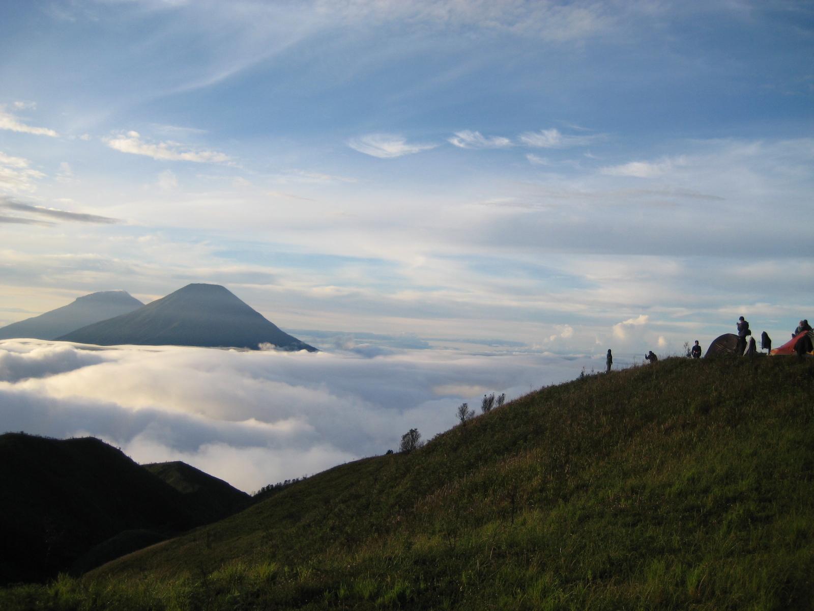 Sindoro - Sumbing dilihat dari Prau ( foto jimzzz.wordpress )
