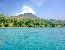 krakatau dari jauh