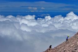 di atas awan, dekat puncak